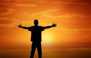 Ein Mensch in der Sonne tankt Vitamin D